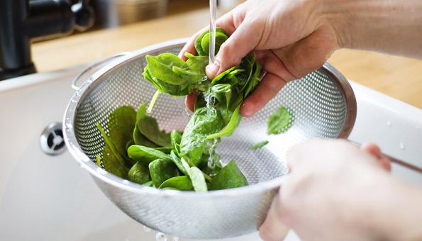 Spinat gründlich waschen.