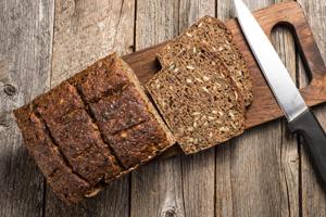 Vollkornbrot ist besser als Brot, das mit Auszugsmehl gebacken wird.
