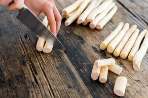 Cuire les asperges blanches très finement: couper