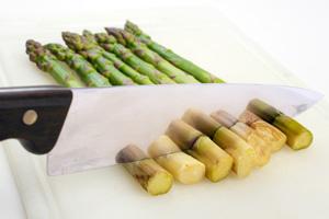 Spargeln zubereiten und kochen: Hölzerne Spargelenden abschneiden